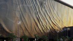 Ветер рисует на фасаде, который состоит из 118000 подвешенных алюминиевых панелей, причудливые динамичные узоры. Стена здания напоминает ткань, развевающуюся на ветру. Внешний вид фасада постоянно меняется в зависимости от природных факторов. Через перфорированные панели и промежутки между ними на парковочные площадки попадает солнечный свет. Из-за постоянного движения элементов фасада, внутри строения можно наблюдать причудливые игры света и тени.