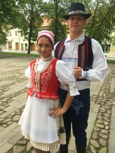 Šariš, Slovakia - Dievča po výdaji začepčili a už z nej bola žena. Viac s rozpustenými vlasmi nechodila a obliekala sa do tmavšieho oblečenia. Ženatý chlap nosil klobúk bez pierka. Toto bolo poznávacím znamením, že sú už zadaní. Folk Clothing, Saris, Costumes, Embroidery, Traditional, Clothes, Vintage, Style, Fashion