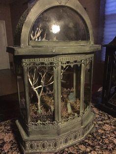 Cemetery terrarium made by Spooky House, Halloween House, Halloween Themes, Vintage Halloween, Halloween Crafts, Halloween Decorations, Halloween Diorama, Halloween Miniatures, Goth Home Decor