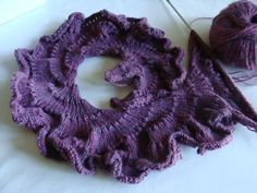 A ruffled frilly scarf: I propose this scarf which is very easy to make that it does not seem Source by Frou Frou, Knit Crochet, Crochet Hats, Lace Scarf, Scarf Design, Lace Making, Bobbin Lace, Knitted Shawls, Knitting Scarves