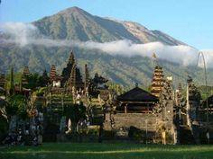 Het grootste en belangrijkste tempelcomplex op Bali is de Pura Besakih. Het is ruim duizend jaar oud en ligt op 1.000 meter hoogte op de helling van de vulkaan Gunung Agung. Het complex is dagelijks open en druk. Niet alleen met toeristen naar vooral met Balinezen die er voor de rituelen in hun dorp geregeld water halen