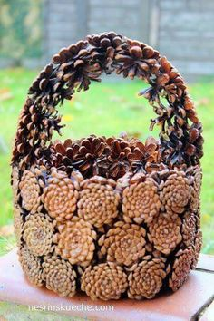 Basket made of cones Nature Crafts, Fall Crafts, Holiday Crafts, Christmas Wreaths, Christmas Crafts, Christmas Decorations, Christmas Christmas, Pine Cone Art, Pine Cone Crafts