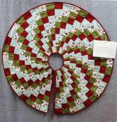 Modern christmas quilts ideas 02 from 27 Glamorous Modern Christmas Quilts Patterns Free Christmas Tree Skirts Patterns, Christmas Tree Quilt, Unique Christmas Trees, Christmas Tree Pattern, Christmas Sewing, Modern Christmas, Christmas Decorations To Make, Christmas Projects, Christmas Crafts
