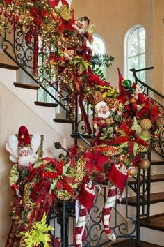 Holiday's Coming, Decorating Your Staircase For A Cheerful Christmas - Home of Pondo - Home Design Christmas Stairs Decorations, Christmas Topiary, Christmas Swags, Christmas Home, Christmas Holidays, Staircase Decoration, Xmas Decor For Stairs, Elf Decorations, Burlap Christmas