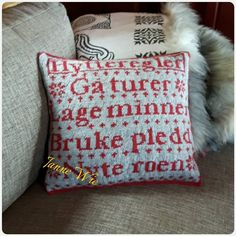Knit Pillow, Minne, Knit Crochet, Diy And Crafts, Cushions, Throw Pillows, Knitting, Cutting Files, Blankets