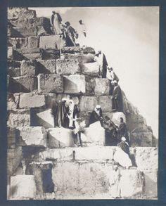 Ascenso a la Gran Pirámide . Necrópolis de Guiza (Egipto). Archivo fotográfico. Colección general (formatos grandes).  http://bvirtual.bibliotecas.csic.es/csic:csicalepharc000088131