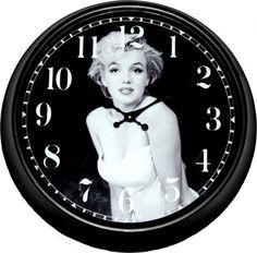 """""""Always, always, always believe in yourself, because if you don't, then who will, sweetie?""""- Marilyn Monroe  Zwarte stationsklok met Arabische cijfers en achtergrond foto van Marilyn Monroe."""