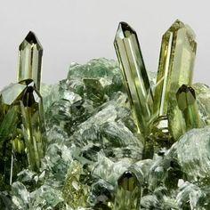 bijoux-et-mineraux: Vesuvianite - Italy                                                                                                                                                                                 Mais
