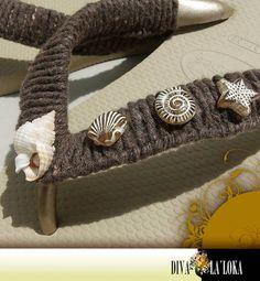 Havaianas decoradas, trançado em macramê com barbante, aplicação de pedras em resina e concha natural. R$ 42,00