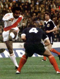 """Juan José Muñante le pega de zurda ante Escocia. Juan José Muñante (Pisco, Ica, 12 de junio de 1948), es un ex futbolísta peruano, jugaba de extremo derecho y es conocido en el Perú como """"El Jet"""" y en México como """"La cobra""""."""