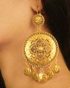 Gold Earrings Designs, Gold Jewellery Design, Gold Jewelry, Jewelery, India Jewelry, Jewelry Gifts, Jewelry Accessories, Short Necklace, Minimalist Jewelry