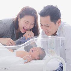 #赤ちゃん こんにちは #ニューボーンフォト  今日は病院まで 赤ちゃんの写真を撮りに行って きました  待望の第一子の誕生に パパもママもメロメロ  生まれたてを記録する バンプデザインの画期的な 出張撮影サービスなんです  生まれてすぐ呼んでもらえて カメラマンも幸せです  病院は個室なので ミルク飲んだりして ゆっくりまったり 撮影できますよ  #babyphoto #パパ #ママ #プレ花嫁 #日本中のプレ花嫁さんと繋がりたい #結婚式準備 #ドレス試着 #前撮り#ウェディングフォト#ロケーションフォト