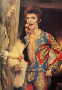 David Bowie as Ziggy Stardust (in the suit he also wore for the legendary TotP performance), together with Mick Ronson, photographed by Mick Rock. In the background, hairdresser Suzy Fussey can be seen, who later married Mick Ronson. Angela Bowie, Robert Mapplethorpe, Annie Leibovitz, David Jones, Diamanda Galas, Duncan Jones, Vieux Couples, Beautiful Men, Beautiful People