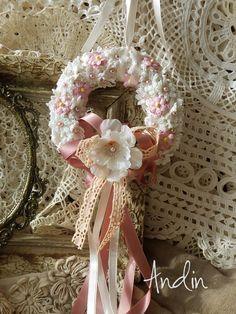 Růžové pomněnky Romantický jarní látkový věnec na dveře nebo do okna s kvítky poměnek a textilním jabloňovým květem. Doplněno bohatou mašlí. Průměr 11 cm