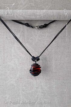 """Bijoux fantaisie : Collier « El Corazón » 1.0 - Réalisation [ Fait-Main ] avec des fils d'aluminium Noir (Ø0,8mm / Ø2mm) et un galet Rouge - Ce collier est réalisé en plusieurs exemplaires, tous différents par leur façonnage du fil aluminium de soutien, en conservant un galet comme pièce centrale. Il est tendance ras de cou ou plus long selon les dimensions de l'exemplaire. Il s'agit d'un collier """"attrape-soleil"""" ou suncatcher dont les nuances et variations sont très agréables à…"""