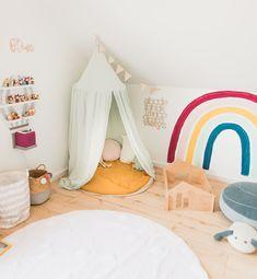 Unser Spielzimmer mit Baldachin, Kuschelecke, Tonieboxregal. Regenbogen und waschbarem Teppich. Toddler Bed, Interior, Kids, Furniture, Home Decor, Lifestyle, Blog, First Up Canopy, Game Rooms