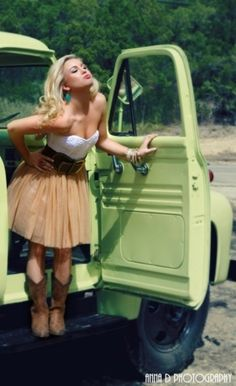 appeals to my inner Texas girl.Things I love about this outfit: turquoise earrings,strapless dress with sweetheart neckline, huge belt, flouncy skirt, cowboy boots. Estilo Country, Country Chic, Country Girls, Country Prom, Country Fashion, Country Poses, Country Bar, Country Life, Country Living