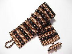 *_UNIKAT_* Dieses glamuröse Armband habe ich nach einem Entwurf von Sabine Lippert gefertigt. Es besteht aus japanischen Toho Glasrocailles in roségold und schwarz, japanischen Miyuki Tropfen in...