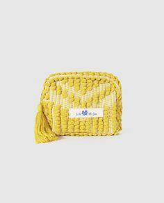 Neceser en color amarillo con pompón