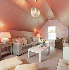 Une chambre pour fille avec un plafond et des murs avec un papier peint original