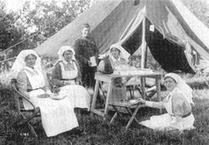 The Nursing Sisters Of Canada - Veterans Affairs Canada! It was in 1885 when Canada's Nursing Sisters first took to the field, providing care to the Canadian troops. Anzac Soldiers, Canadian Soldiers, Canadian Army, World War One, First World, Air Force Nurse, Nurse Photos, Vintage Nurse, Us Vets