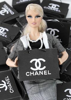 He preparado con Photoshop  esta reproducción de una bolsa de Chanel a escala 1/6 para Barbies e Integrities:      Podéis descargar el impr...