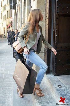 love the jacket, the basic top, the rolled jeans, and sandals and the giant Gucci shopping bag ;)