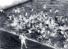 1933, en el río Manzanares canalizado, las pequeñas presas formaban piscinas naturales utilizadas por los niños para bañarse.