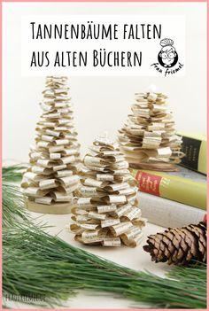 Tannenbaum falten aus alten Büchern.  Einfaches Buchorigami, auch als DIY Weihnachtsgeschenk geeignet. Die DIY Tannenbäume können auch toll für den Adventskranz oder für ein  Adventskranz genutzt werden. Natürliche und schlichte Weihnachtsdeko  entdecken!