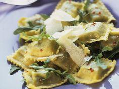 Ravioli mit Rucola und Parmesan | http://eatsmarter.de/rezepte/ravioli-mit-rucola-und-parmesan