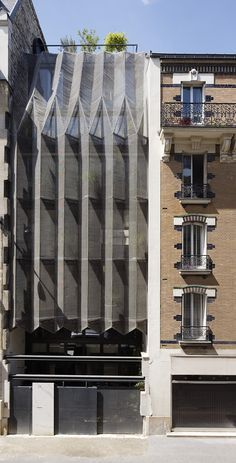 WRA forms a pleated steel mesh façade for parisian residence designboom Plans Architecture, Architecture Photo, Contemporary Architecture, Wild Rabbit, Balkon Design, Big Building, Art Deco, Steel Mesh, Facade Design
