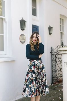 15 wonderful outfits with floral pleated skirts- 15 Wundervolle Outfits mit geblümten Faltenröcken In my view, you can& have too many flower skirts! Therefore we have some cool pictures for you with floral pleated skirt outfits for the k … Modest Clothing, Modest Outfits, Modest Fashion, Fashion Outfits, Casual Church Outfits, Church Outfit Summer, Fall Outfits, Floral Clothing, Summer Outfits