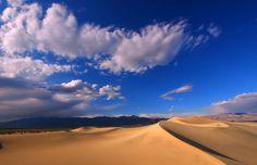 Dunas Mesquite Flat en el parque nacional, Valle de la Muerte (Death Valley), California. © Wirepec | Dreamstime.com