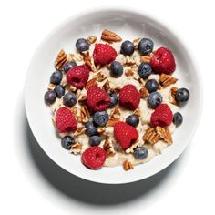 Flat-Belly Breakfast: Oatmeal with Pecans and Berries! 1 packet of Original Quaker Instant Oatmeal - 1 cup skim milk - mixed with 2 Tbsp chopped pecans and cup raspberries and cup blueberries. Healthy Breakfast Recipes, Healthy Snacks, Breakfast Ideas, Healthy Eating, Breakfast Photo, Healthy Recipes, 500 Calorie Meal Plan, Quaker Instant Oatmeal, Oatmeal Diet