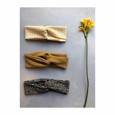 Most up-to-date Photographs hand sewing headbands Tips Turban Headband TUTORIAL - De Stoffenkamer Turban Headband Tutorial, Baby Turban Headband, Headband Pattern, Knitted Headband, Sewing Headbands, Stretchy Headbands, Handmade Headbands, Scrunchies, Handmade Journals