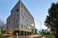 Image 7 of 20 from gallery of Royal Birmingham Conservatoire / Feilden Clegg Bradley Studios. Photograph by Hufton+Crow Brick Cladding, Glazed Brick, Photo Studio, Case Study, Birmingham, Facade, Architecture Design, Stone, Gallery