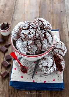 La ricetta facile e veloce per fare in 5 minuti i biscotti al cioccolato dal cuore morbido. Golosi, si mantengono a lungo, scopri la ricetta con video. Chocolate Crinkle Cookies, Chocolate Crinkles, Biscotti Cookies, Truffle Recipe, Sweet Cakes, Sweet Recipes, Cookie Recipes, Food To Make, Bakery