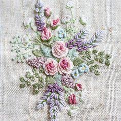 Вышивка в этой технике позволяет чувствовать себя флористом. Думаешь, как разместить веточку, какой цветок добавить, какого цвета не хватает))... #вышивка #embroidery #embroideryart #embroideryartist #рукоделие