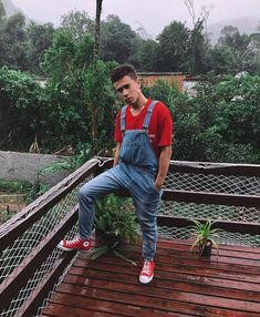 guy into overalls. A place to share pictures of nice young men in overalls - favorite pics from all over the interwebz! Black Overalls, Bib Overalls, Dungarees, Unisex Fashion, Mens Fashion, Fashion Outfits, Fasion, Herren Outfit, Converse Men