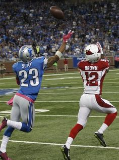 Cardinals WR John Brown catches a long pass in front Nfl Arizona Cardinals, House Of Cards, Lions, Football Helmets, Brown, Sports, Top, Fashion, Moda