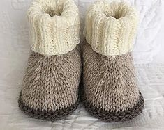 Baby Booties Knitting Pattern, Knit Baby Booties, Crochet Baby Shoes, Crochet For Boys, Baby Knitting Patterns, Diy Crafts Knitting, Diy Crafts Crochet, Baby Sewing Projects, Knitted Slippers