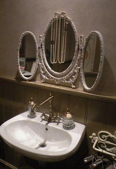 oude barok spiegel en wastafel