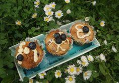 Une délicieuse recette de Muffin à la myrtille inspirée par Chloe Saada. Du chocolat blanc qui se mêle délicieusement aux myrtilles revisite ce classique
