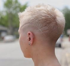 There is Somthing special about women with Short hair styles. I'm a big fan of Pixie cuts and buzzed cuts. Short Pixie Haircuts, Short Hair Cuts, Short Hair Styles, Pixie Cuts, Undercut Hairstyles, Funky Hairstyles, Haare Tattoo Designs, Super Short Hair, Corte Y Color