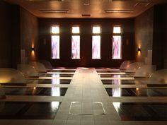 岩盤浴をカップルで体験できる男女兼用と、女性専用、それぞれの岩盤浴室は、一度に14人が利用できます。岩盤浴の聖地、オーストリアのバドガスタインの石を使用しています。 Suzhou, Hot Springs, Stairs, Home Decor, Spa Water, Stairway, Decoration Home, Room Decor, Staircases