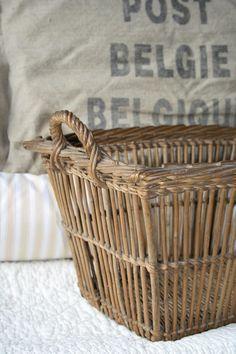 Brocante, déco vintage brocante campagne ook bij www. French Baskets, Vintage Baskets, Rustic Baskets, Sisal, Basket Bag, Storage Baskets, Basket Weaving, Wicker Baskets, Rattan