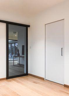 Onzichtbare binnendeur van ANYWAYdoors met verticaal ingebouwde handgreep