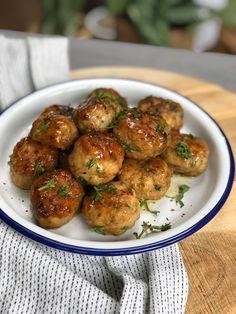 Honing knoflook kipgehaktballetjes - Familie over de kook I Love Food, Good Food, Chicken Recepies, Meat Chickens, Savory Snacks, High Tea, Meatloaf, Tapas, Food And Drink