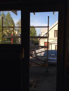 Näkymä suihkusta. Voi olla, että tuohon oveen pitää hommata sälekaihtimet? 21.5.2014