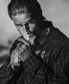 Love me some Charlie Hunnam!Sons of Anarchy Season 7 Promo Photo - Jax Teller Sons Of Anarchy, Charlie Hunnam Soa, Jax Teller, Hommes Sexy, Raining Men, Brad Pitt, Man Crush, Gorgeous Men, Bad Boys